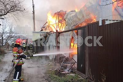 Спасатели тушат пожар