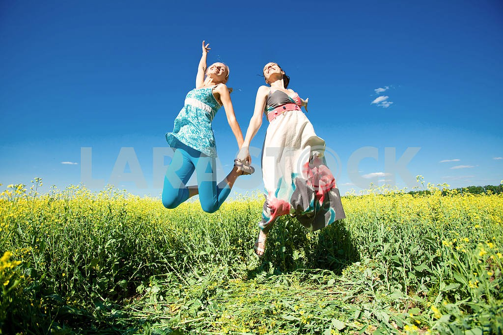 Happy people is jumping in field — Image 6651