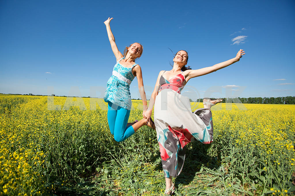 Happy people is jumping in field — Image 6652