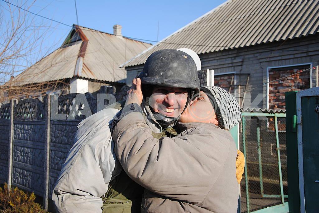 Жительница Авдеевки целует спасателя — Изображение 66603