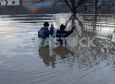 Спасатели измеряют уровень паводка