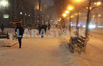 People go on Khreshchatyk