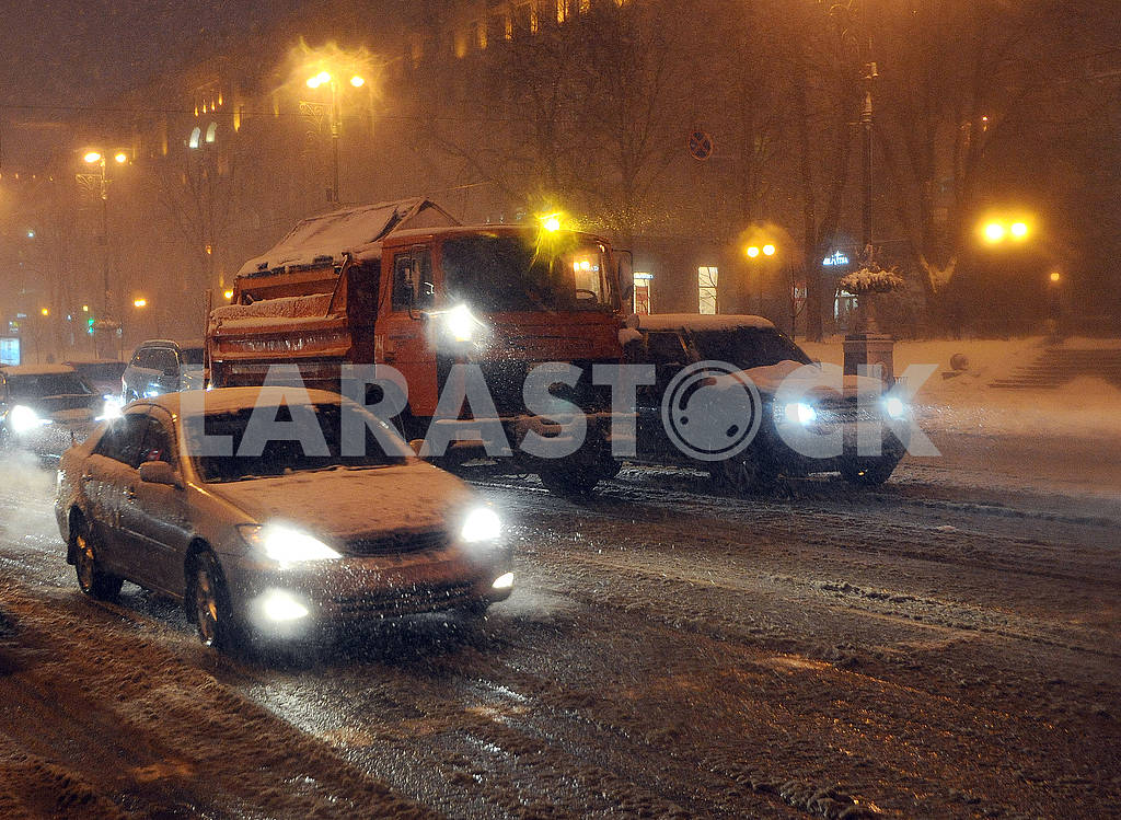 Cars are driving along Khreshchatyk — Image 66786