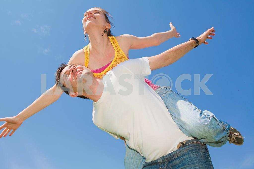 Молодые любви пара, улыбаясь в голубое небо — Изображение 6680