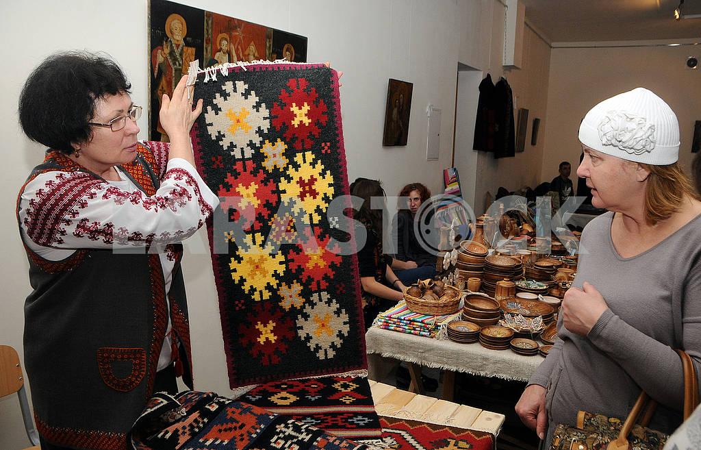 Женщина держит вытканую салфетку — Изображение 66811