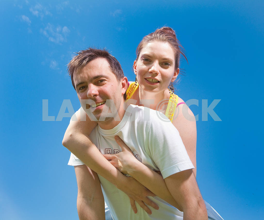 Молодые любви пара, улыбаясь в голубое небо — Изображение 6682