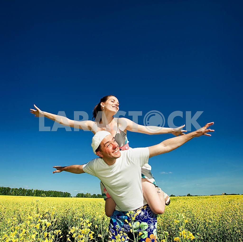 Молодые любви пара, улыбаясь в голубое небо — Изображение 6684