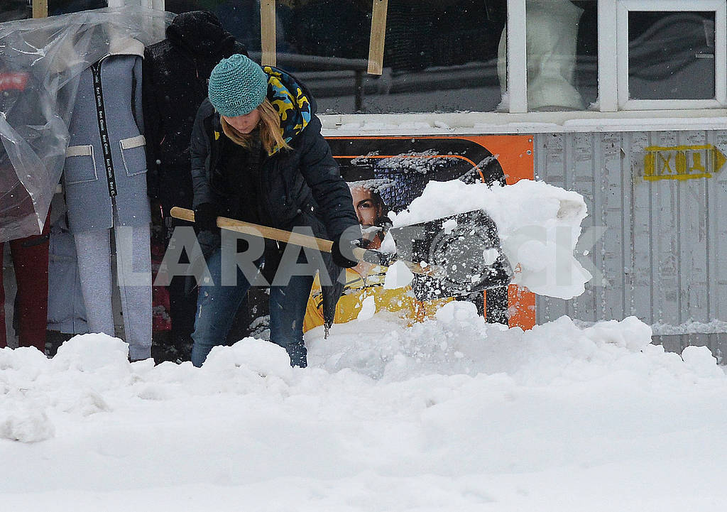 A woman cleans the street of snow — Image 66850