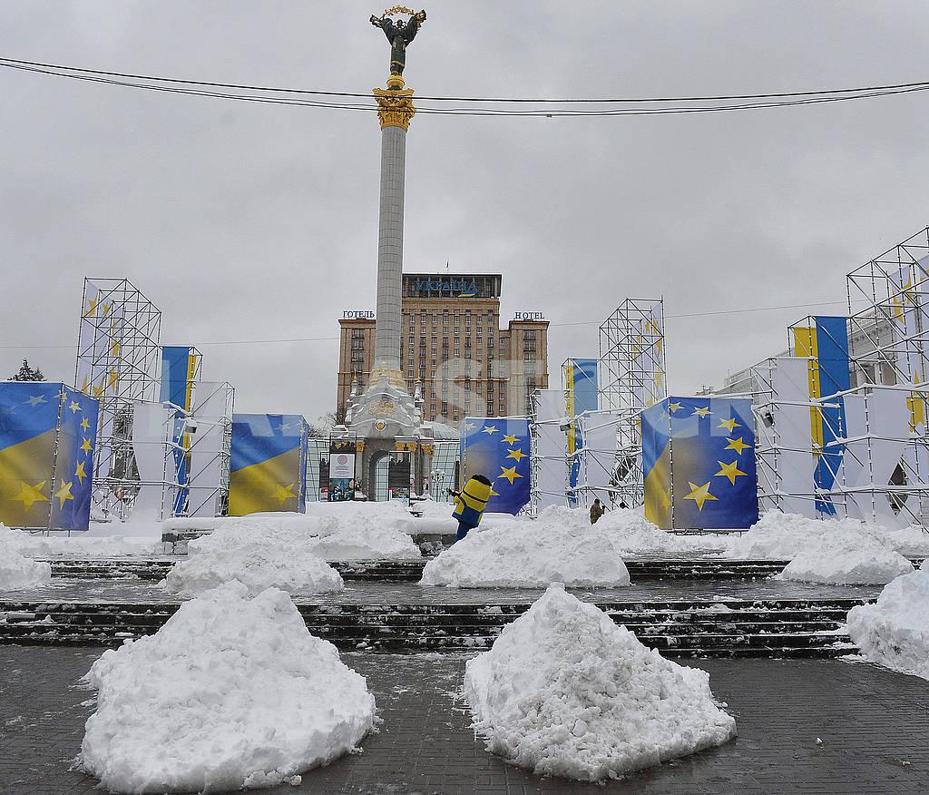 Сугробы на Майдане Независимости — Изображение 66861