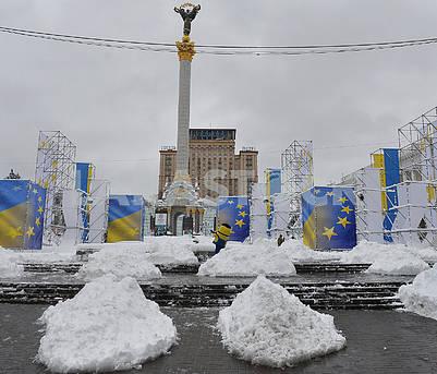 Сугробы на Майдане Независимости