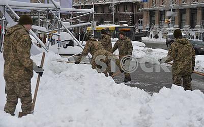 Солдаты убирают снег