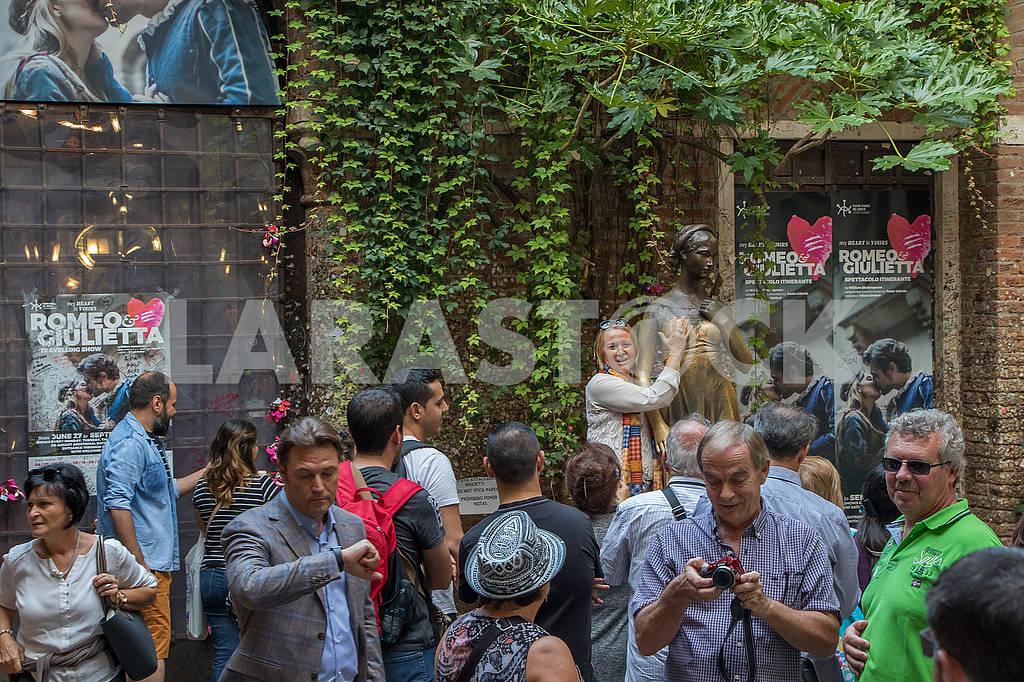 Туристы возле дома Джульетты — Изображение 66916
