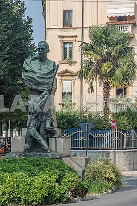 Памятник на улице Скримиаре