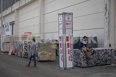 Посетители выставки мрамора