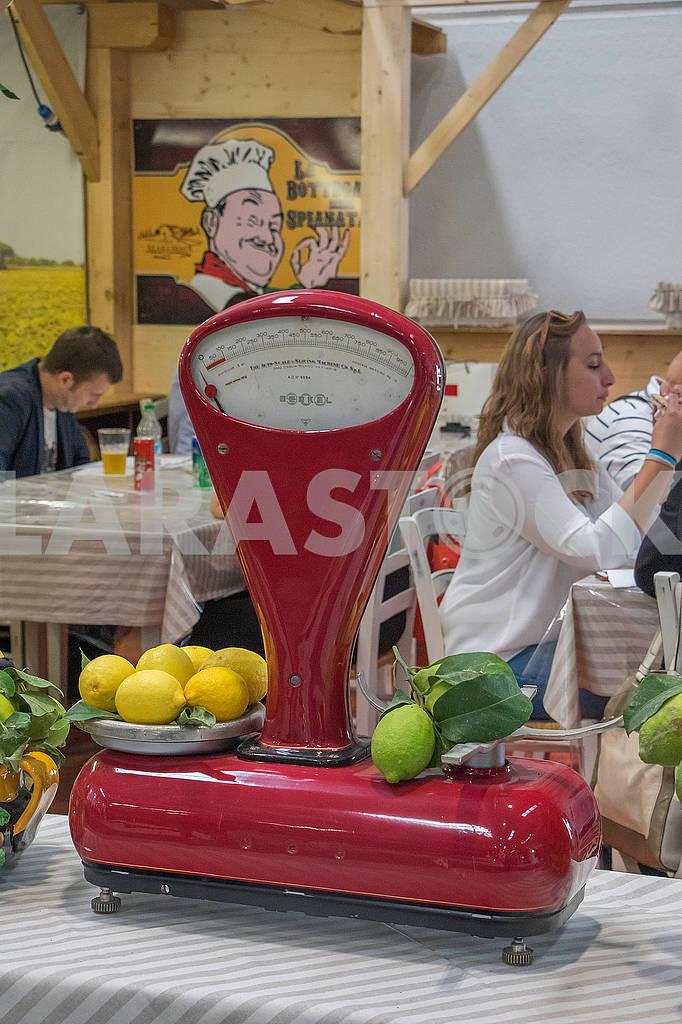 Лимоны на весах — Изображение 67203
