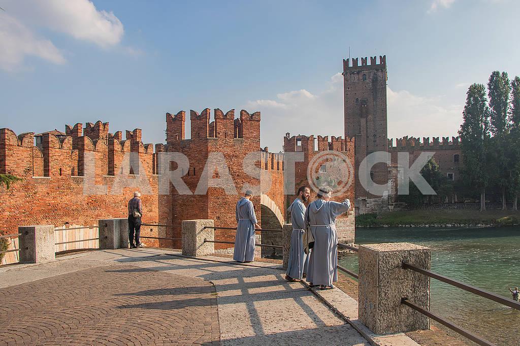 Священники на мосту — Изображение 67231