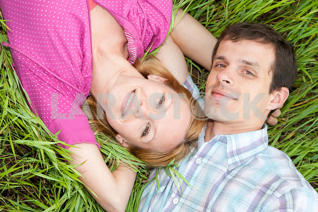 Young love couple on green grass — Image 6744