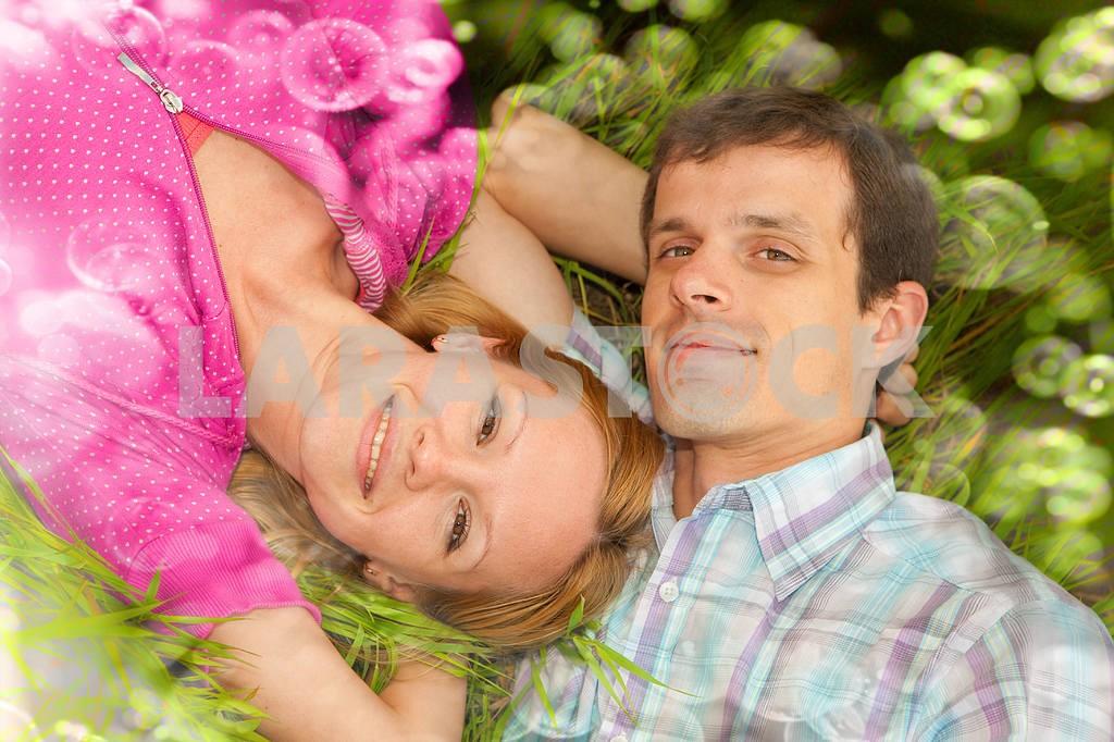 Молодые любви пара, улыбаясь в голубое небо — Изображение 6745
