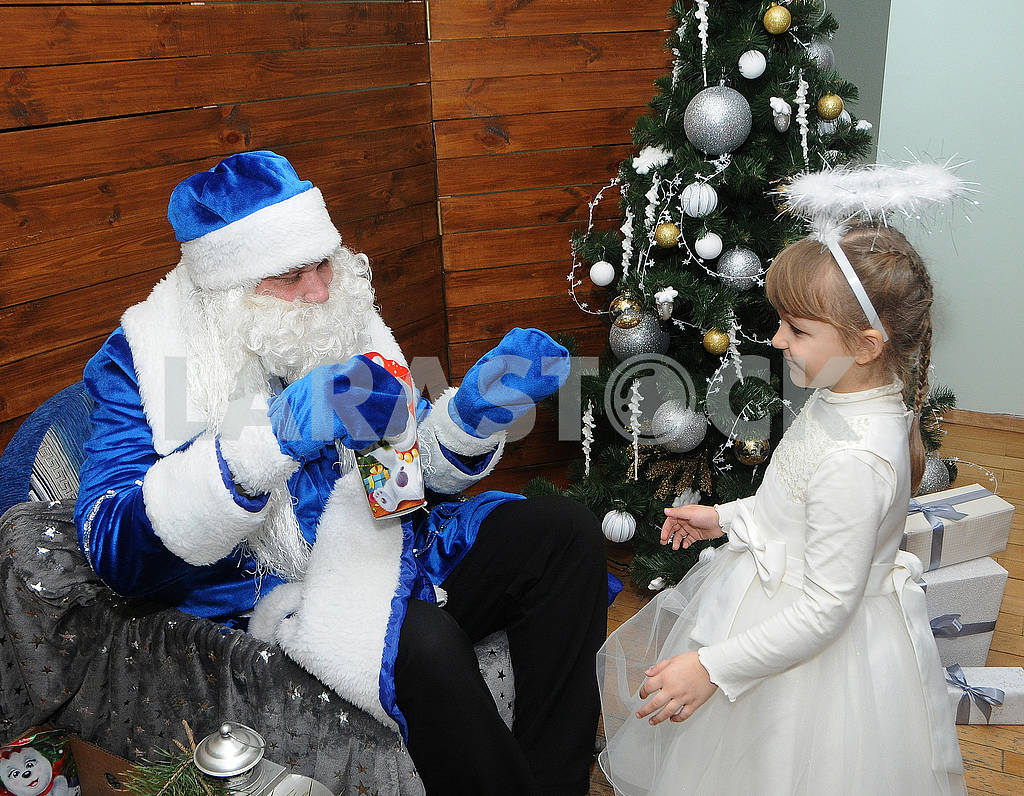 Santa Claus gives presents — Image 67458