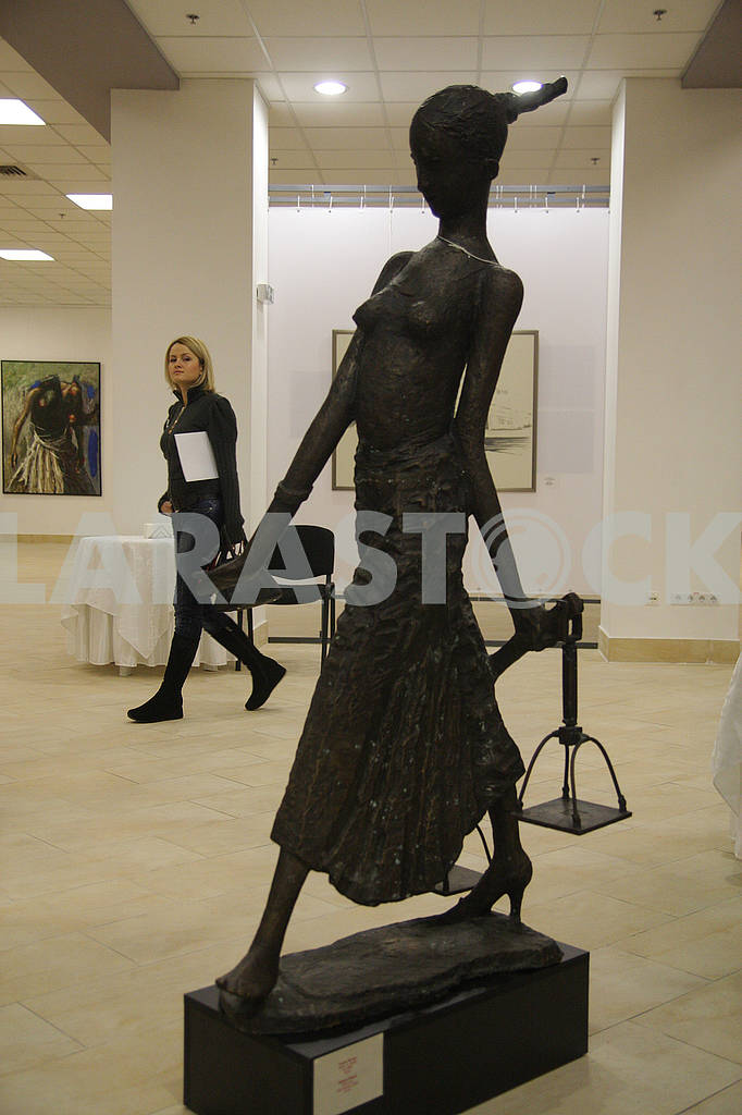 The girl passes by the sculpture — Image 67528