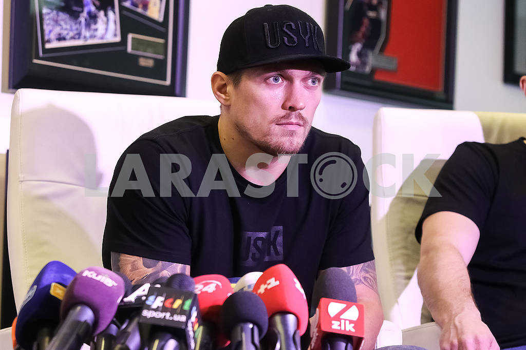 Meeting of the World Champion in the WBO heavyweight champion Alexander Usik with media representatives. — Image 67596