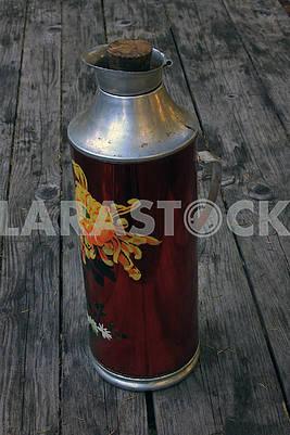 Большой старый красный термос