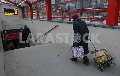 Женщина на трамвайной остановке