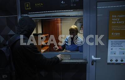 Пассажир покупает билет на трамвай