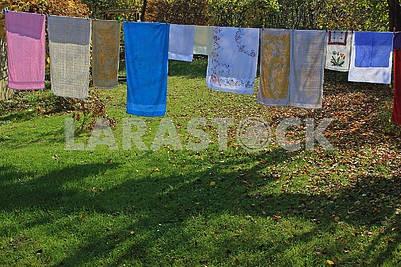 Цветные полотенца сушатся на свежем воздухе