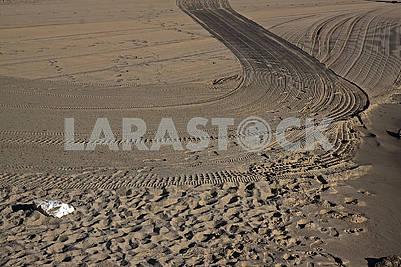 Большой одинокий белый камень на песчаном пляже