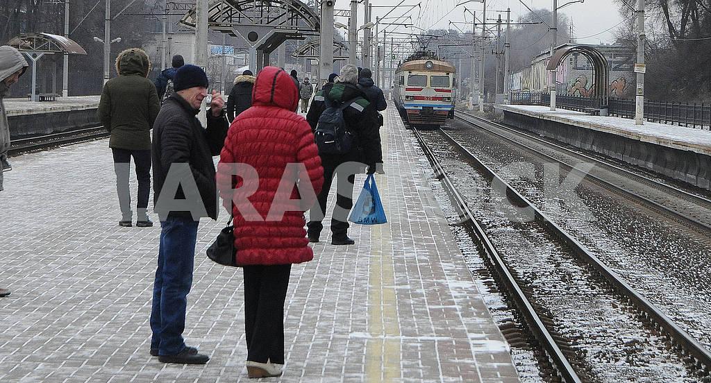 Люди стоят на платформе — Изображение 68019