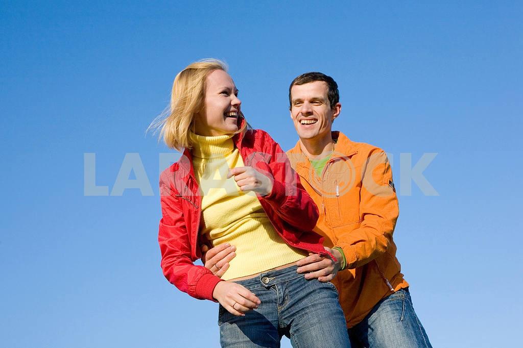 Молодые любви, пара , улыбаясь в голубое небо — Изображение 6803