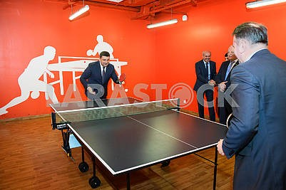 Vladimir Groisman plays table tennis
