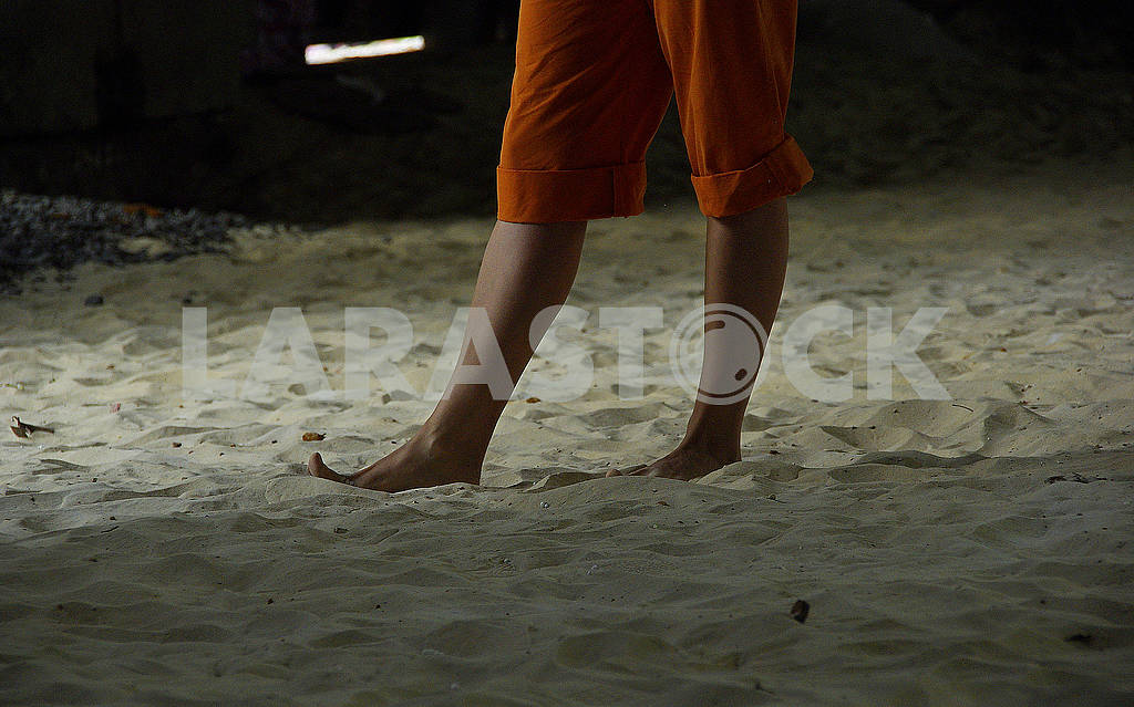 Girl goes on the sand. Bare feet. — Image 68204