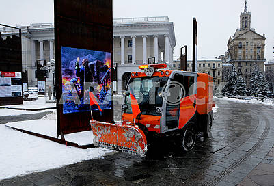 Snow-removing equipment on the Independence Square