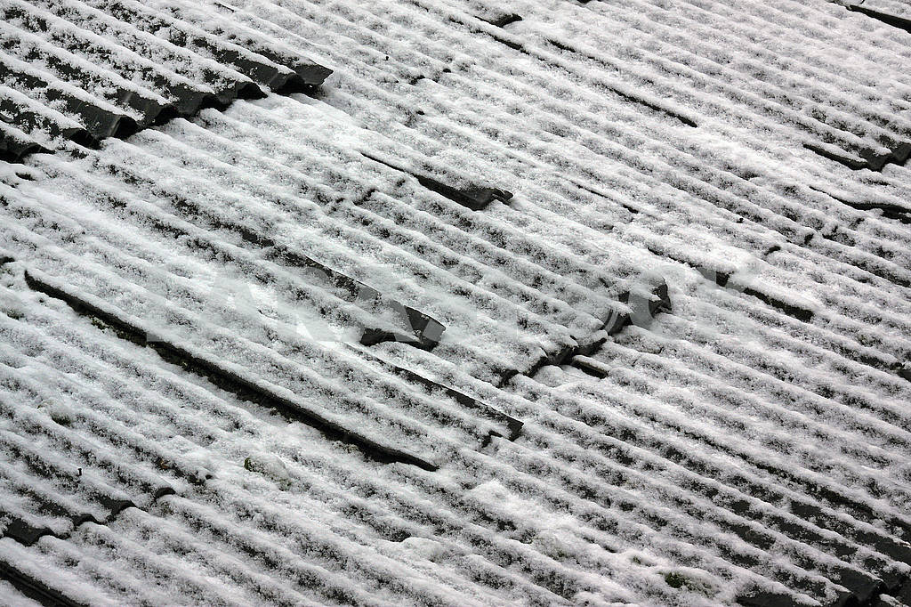 Roof of a house made of slate covered with snow — Image 68228