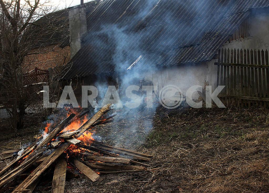 Burning damaged boards — Image 68370