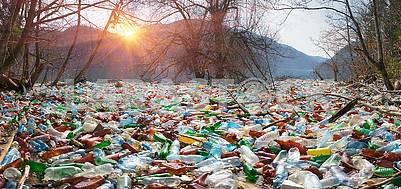Бутылки в горах водохранилища