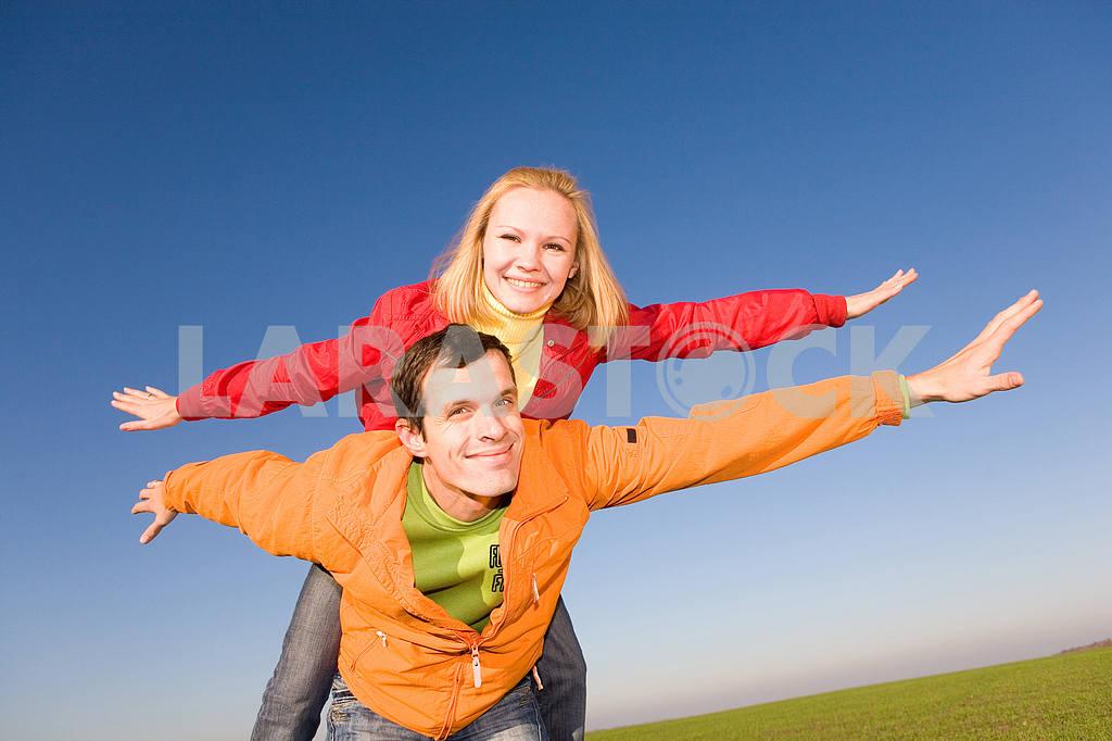 Счастливая пара улыбаясь в небо муха — Изображение 6844