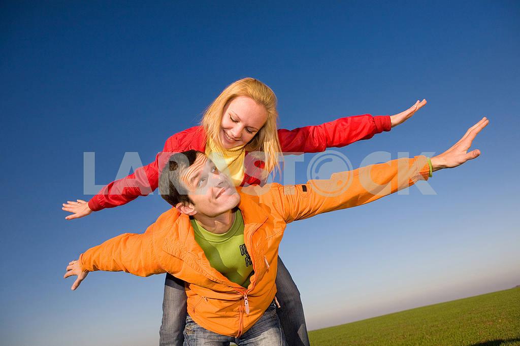 Счастливая пара улыбаясь в небо муха — Изображение 6845