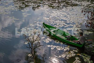 Мужчина в лодке на озере