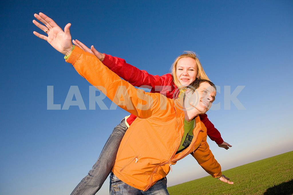 Молодые любви, пара , улыбаясь в голубое небо — Изображение 6852
