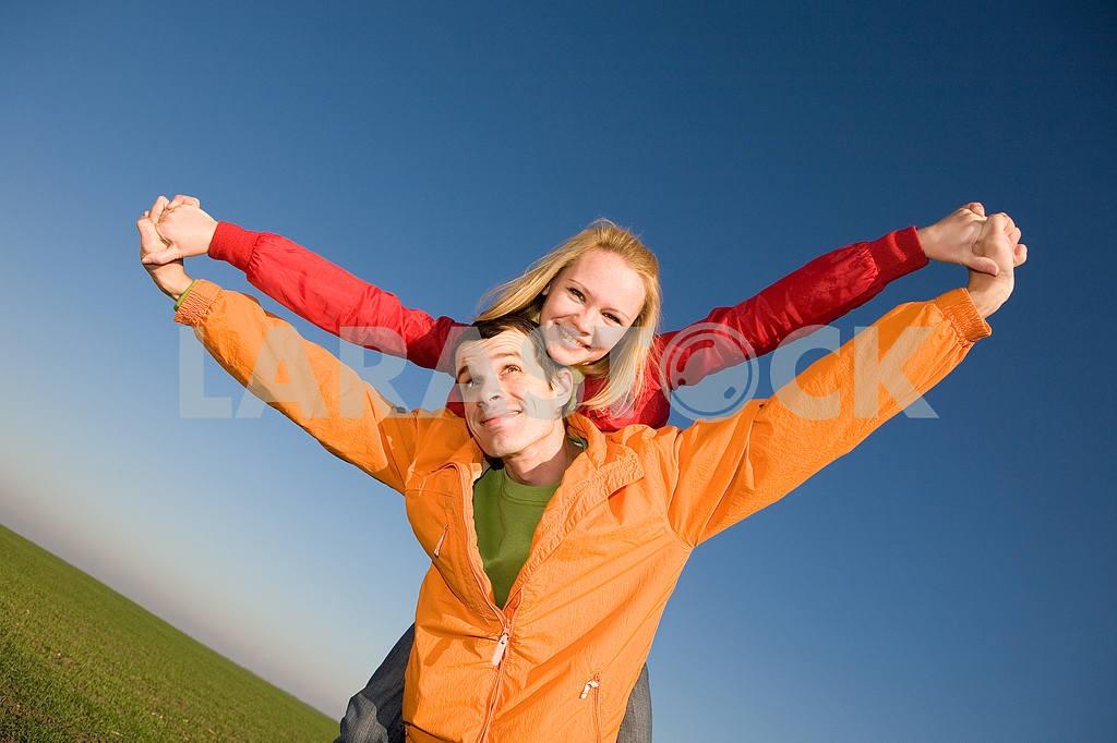 Молодые любви, пара , улыбаясь в голубое небо — Изображение 6855