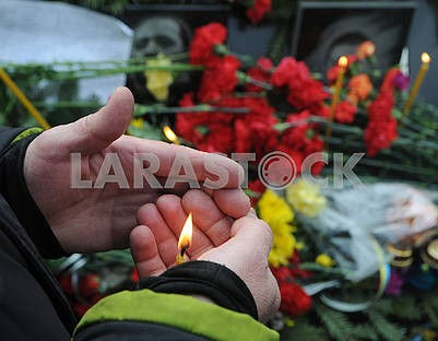 Мужчина держит свечу