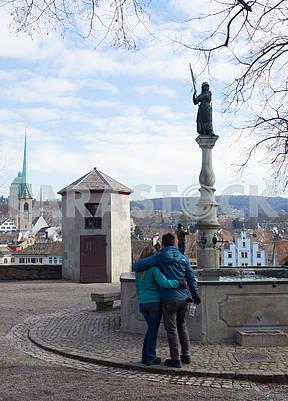 Молодые люди  обнимаются на площади в Цюрихе