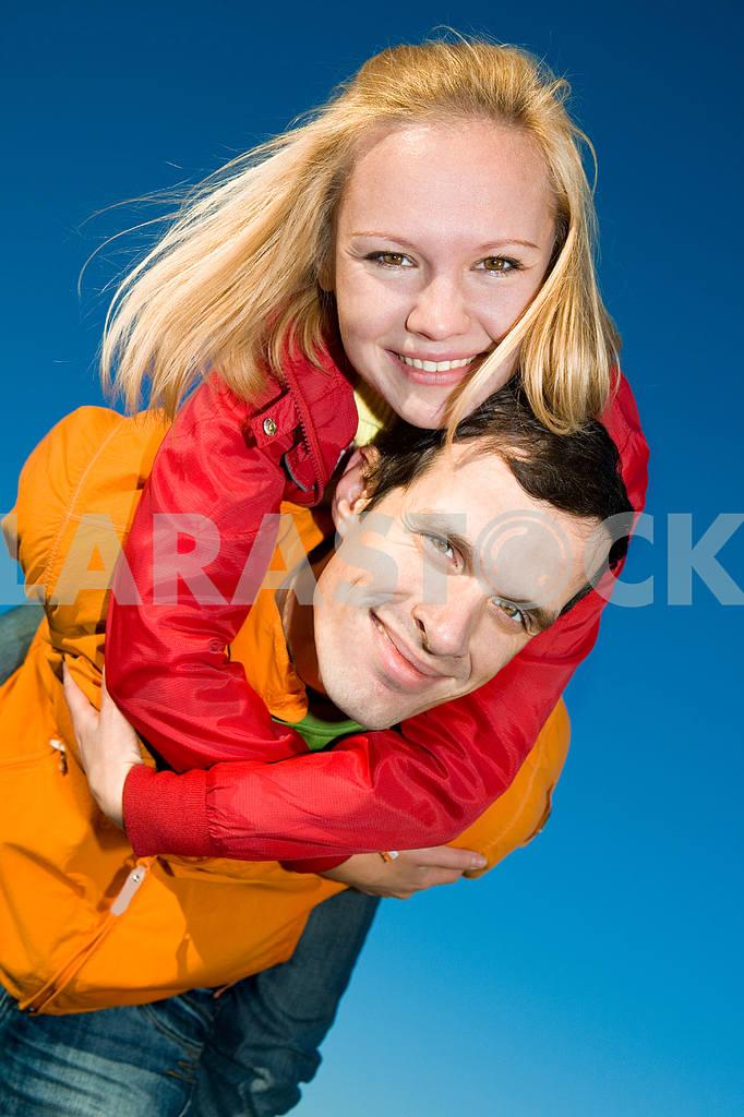Молодые любви, пара , улыбаясь в голубое небо — Изображение 6861