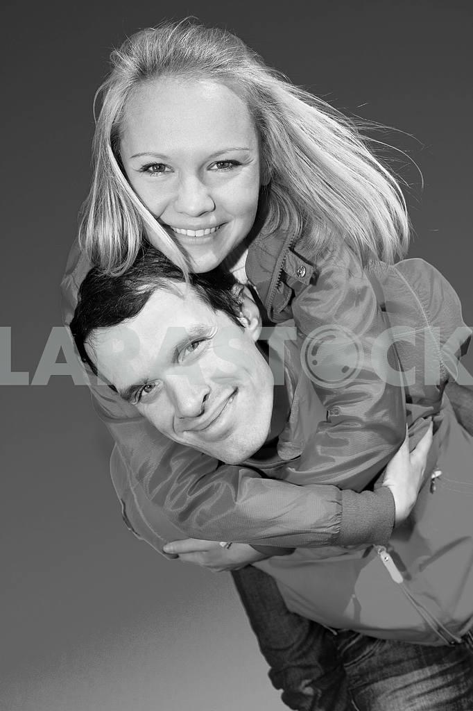 Молодые любви, пара , улыбаясь в голубое небо — Изображение 6862