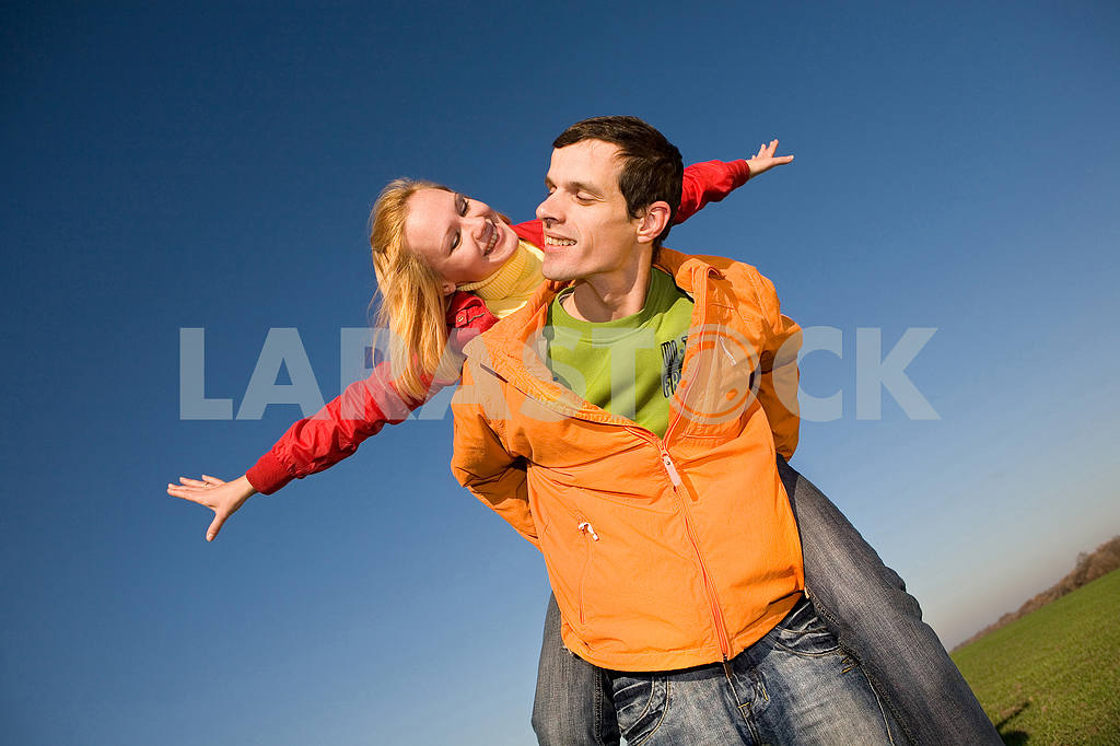 Счастливая пара улыбаясь прыжки в голубое небо — Изображение 6868