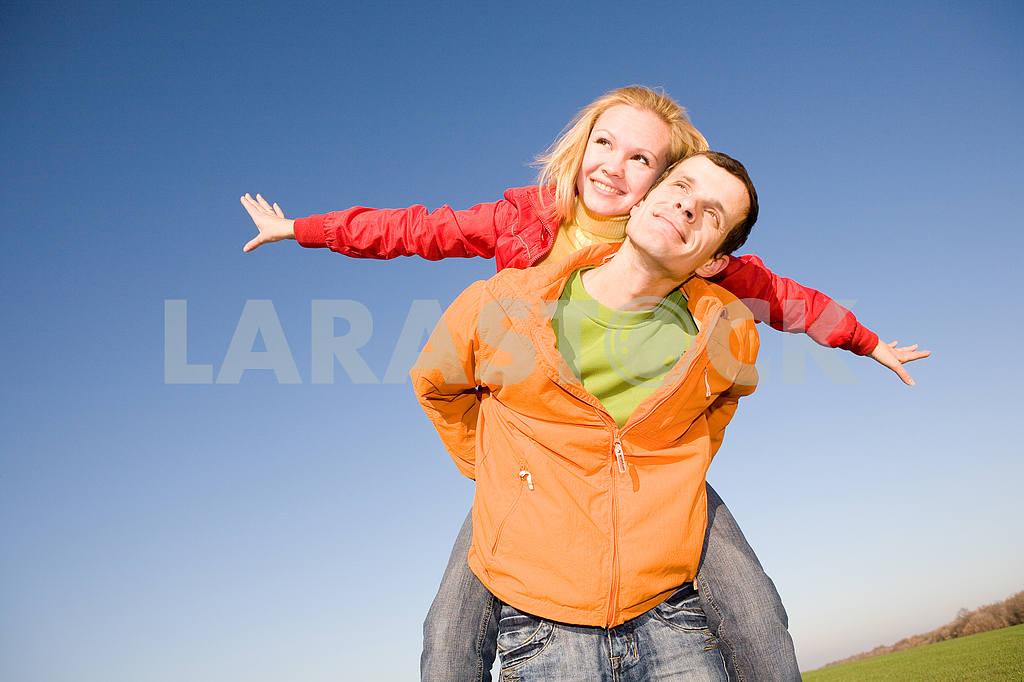 Молодые любви, пара , улыбаясь в голубое небо — Изображение 6869