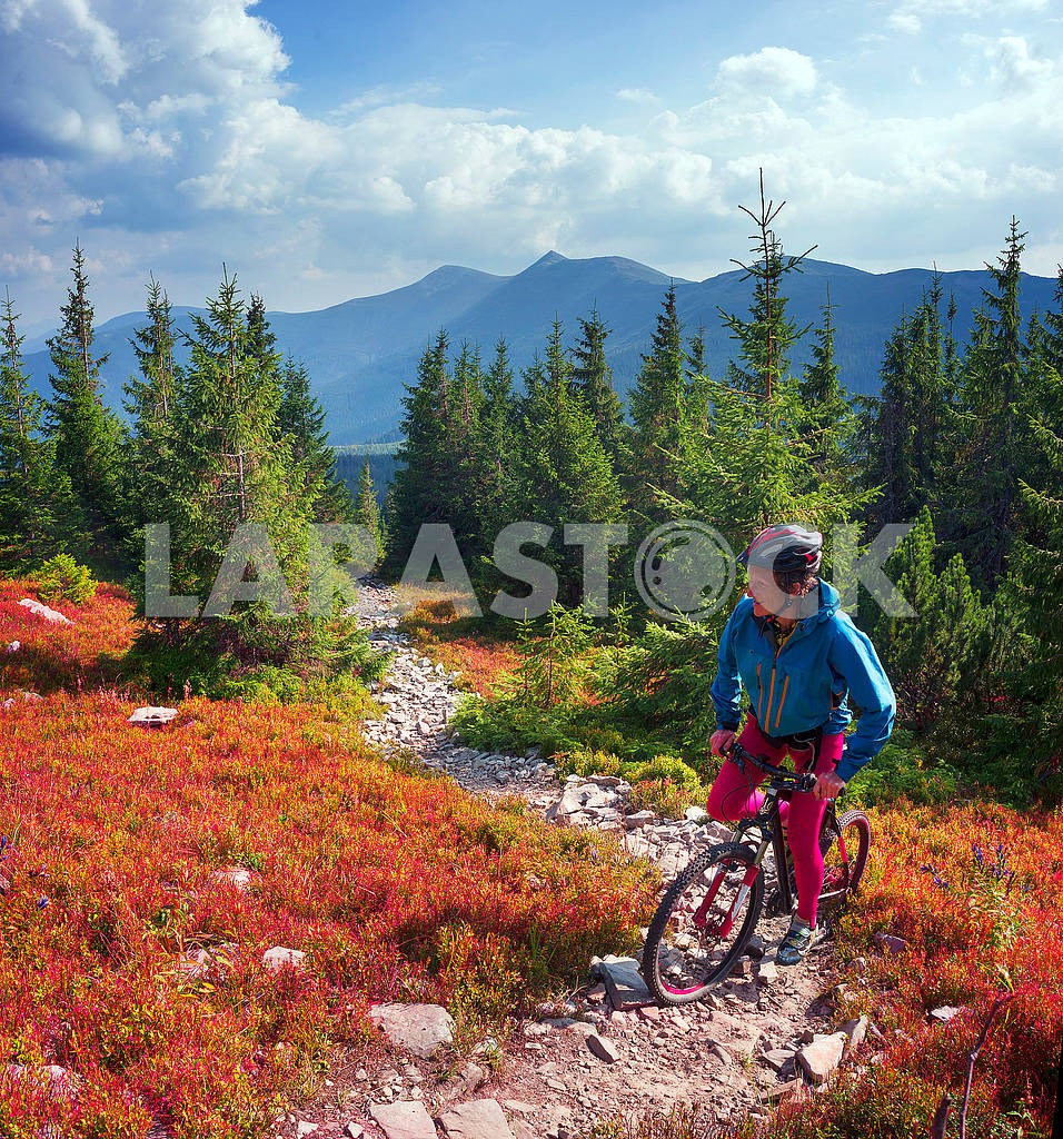 Cyclist in the autumn mountains — Image 68741
